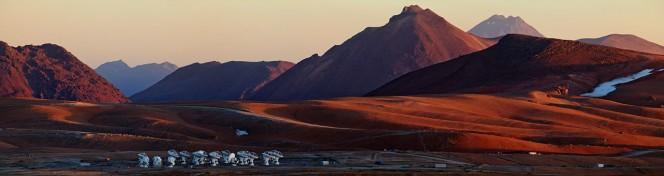 Alcune delle antenne di ALMA fanno capolino in questa  visuale panoramica dell'altopiano Chajnantor, scattata da una postazione vicino alla cima di Cerro Chico. Crediti: ESO/B. Tafreshi (twanight.org)