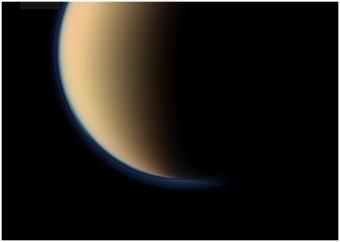 L'immagine mostra una porzione della regione polare sud della luna più estesa di Saturno, Titano circondato da una foschia blu. L'immagine è stata scattata dalla NASA attraverso la sonda Cassini l'11 settembre 2011. Crediti: NASA/JPL-Caltech/Space Science Institute