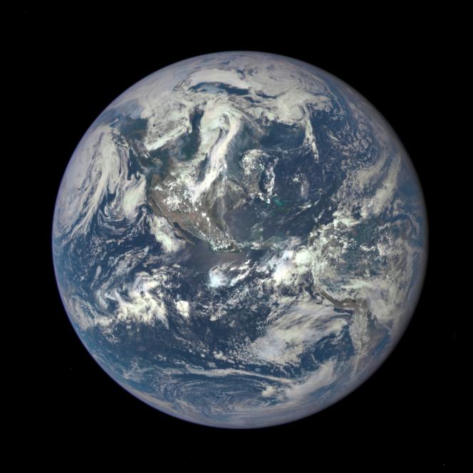 La Terra fotografata lo scorso 6 luglio dalla camera EPIC a bordo della sonda DSCOVR alla distanza di un milione di miglia. Crediti: NASA