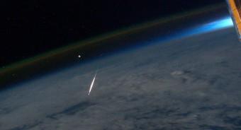 Una meteora appartenente allo sciame delle Preseidi ripresa dall'astronauta Ron Garan a bordo della Stazione Spaziale Internazionale. Crediti: NASA