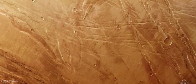 La stessa immagine della regione Ascuris Planum in colori naturali. Copyright ESA/DLR/FU Berlin