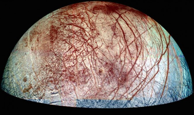 Europa, una delle lune di Giove, con le sue caratteristiche striature sulla superficie. La ripresa combina immagini prese con filtri viola, verde e nel vicino infrarosso. I dati sono stati raccolti nel 1995 e nel 1998. Crediti: NASA/JPL/University of Arizona