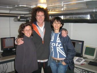 Brian May nel 2007, all'interno sala di controllo del TNG, insieme a Gloria Andreuzzi (astronoma di supporto, a sinistra) e a Noemi Pinilla Alonso (operatore al telescopio, a destra)