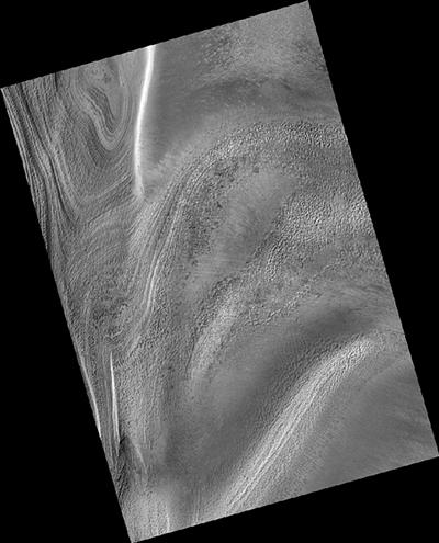 Ben evidente in questa immagine e nella successiva, una serie di ingrandimenti della regione polare meridionale di Marte, la tipica struttura a ragno dei canali scavati sulla superficie marziana. Crediti: NASA / JPL-Caltech / MSSS / Università dell'Arizona.