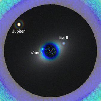 Ecco come HDST vedrebbe un sistema solare gemello del nostro situato a 45 anni luce di distanza. Crediti: L. Pueyo e M. N'Diaye / STScI
