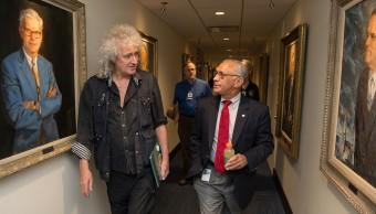 """Brian May e l'amministratore delegato NASA Charlie Bolden nell'incontro organizzato in vista del suo """"arruolamento"""" come consulente scientifico per la missione New Horizons. Crediti: NASA / Joel Kowsky."""