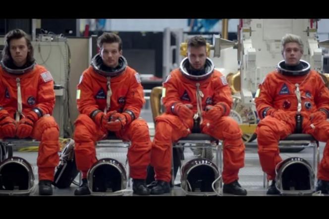 """Un fermo immagine dal videoclip di """"Drag me down"""" degli One Directions. girato negli hangar della NASA"""