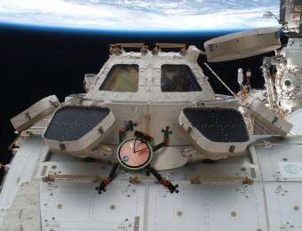 Un rendering di uno dei progetti del NASA JPL, il robot LEMUR (Limbed Excursion Mechanical Utility Robot). Potrebbe occuparsi della manutenzione della Stazione Spaziale Internazionale sfruttando la tecnologia di movimento ispirata ai gechi. Crediti: NASA / JPL Caltech.