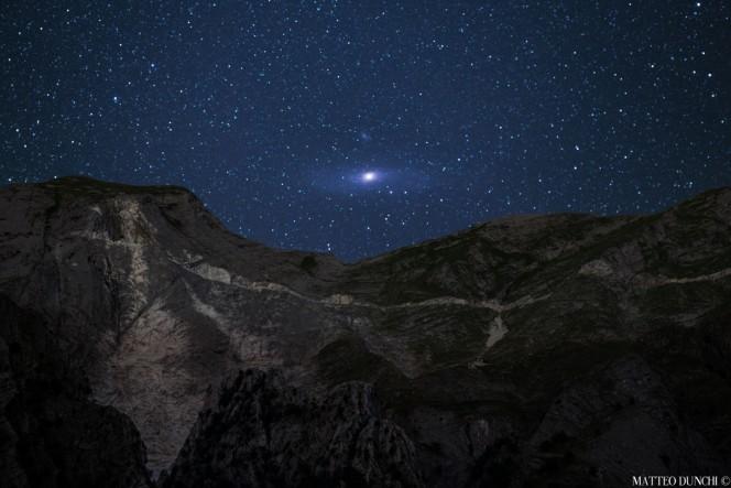 La galassia di Andromeda sorge sulle Alpi Apuane. Crediti: Matteo Dunchi.