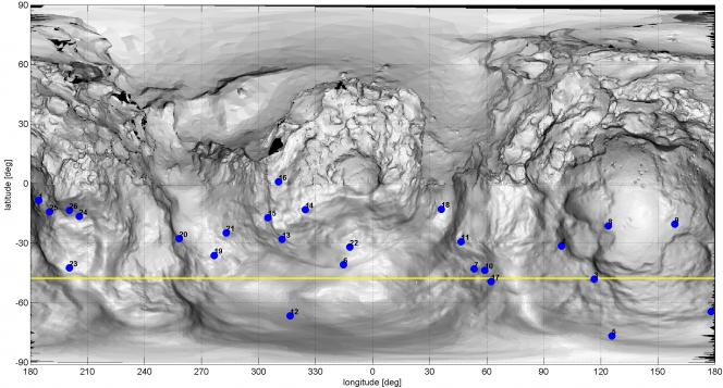L'aspetto intricato di questa mappa è causato dalla forma insolita a doppio lobo della cometa: il piccolo lobo si trova al centro della mappa, mentre porzioni del grande lobo sono mostrate a sinistra e a destra. I punti blu si riferiscono alle possibili fonti, sulla superficie della cometa, di alcuni dei getti di polvere recentemente osservati da OSIRIS. La linea gialla indica i punti sulla superficie in cui il Sole si trova allo zenit. Crediti: Credit: ESA/Rosetta/MPS for OSIRIS Team MPS/UPD/LAM/IAA/SSO/INTA/UPM/DASP/IDA