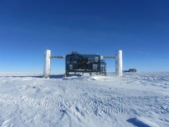 L'Osservatorio IceCube al Polo Sud nella stazione Amundsen-Scott in Antartide. Crediti: Dag Larsen, IceCube/NSF