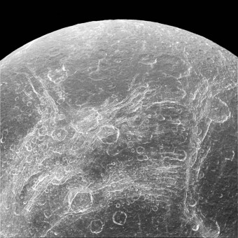 Dione e le sue crepe. Crediti: NASA/JPL-Caltech/Space Science Institute