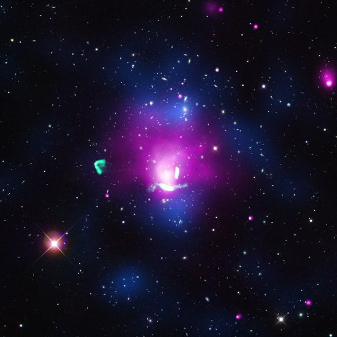 Composizione di immagini multibanda: raggi X (rosa); ottico (rosso, verde, blu); radio (verde); mappa di densità (blu). Crediti: raggi X: NASA/CXC/Univ of Hamburg/F. de Gasperin et al; ottico: SDSS; radio: NRAO/VLA