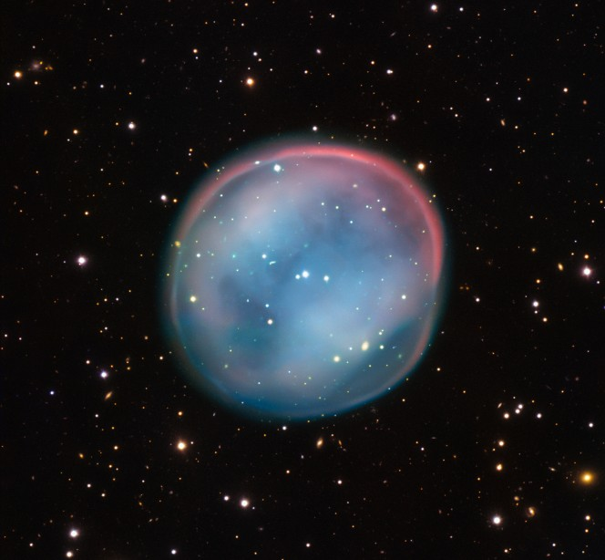 Questa sfera straordinaria, illuminata come il fantasma di una stella nel buio inquietante dello spazio, appare quasi soprannaturale e misteriosa, ma è un oggetto astronomico familiare: una nebulosa planetaria, ciò che resta di una stella morente. Questa è la migliore immagine mai ottenuta dell'oggetto, in realtà poco noto, chiamato ESO 378-1: è stata catturata dal VLT (Very Large Telescope) dell'ESO nel nord del Cile. Crediti: ESO
