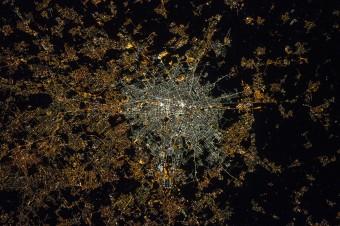 L'astronauta italiana Samantha Cristoforetti è l'autrice di questa immagine di Milano, scattata appena qualche mese fa dalla ISS. Il centro della città mostra ora una colorazione decisamente azzurrina, prodotta dalle luci LED che hanno rimpiazzato le lampade tradizionali. Crediti: NASA/ESA