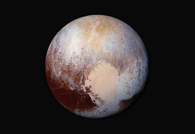 Gli scienziati del Southwest Research Institute stanno studiando i dati raccolti da New Horizons per scoprire quale sia il meccanismo che rifornisce di azoto l'atmosfera di Plutone. Questa immagine del pianeta nano aiuterà gli scienziati a rilevare le differenze nella composizione e la struttura della superficie di Plutone. I dati suggeriscono che Plutone potrebbe essere ancora geologicamente attivo.Crediti: NASA/JHUAPL/SwRI
