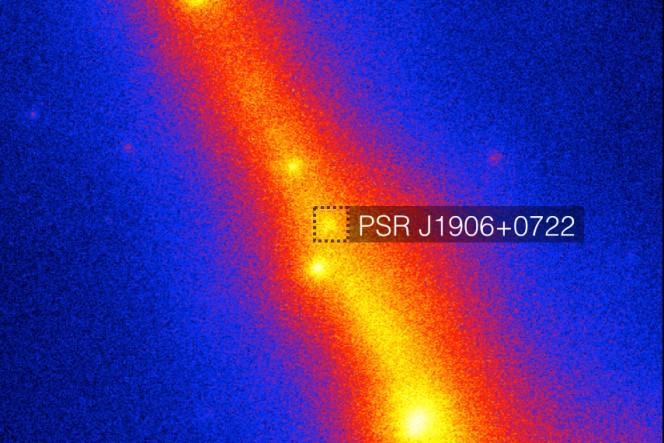 La mappa del cielo di  Fermi-LAT con l'area della recente scoperta della pulsar PSR J1906 + 0722 con diverse altre pulsar a raggi gamma. La scala di colori mostra l'intensità dei raggi gamma. Il quadrato tratteggiato al centro racchiude la posizione della pulsar