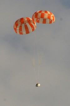 La capsula Orion atterra sul deserto dell'Arizona, simulando l'avaria a uno dei tre paracadute. Crediti: NASA.