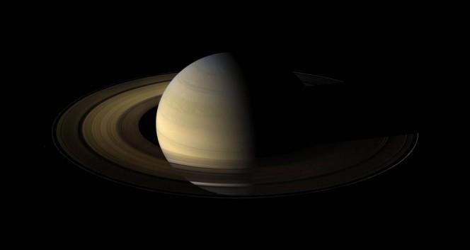 Il pianeta Saturno in un'immagine della sonda Cassini della NASA durante l'equinozio del 2009. Crediti: NASA/JPL/Space Science Institute