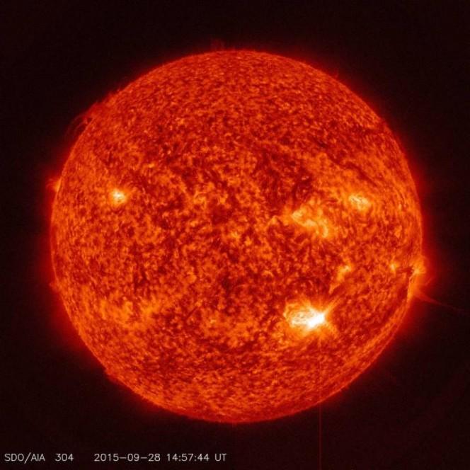 Il Sole ripreso dall'osservatorio spaziale SDO della NASA durante il brillamento di classe M7.6, visibile in basso a destra del disco solare. L'immagine è stata presa con un filtro nella banda della radiazione ultravioletta. Crediti: NASA/SDO