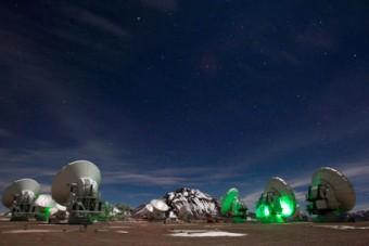 Veduta notturna del telescopio ALMA. Crediti: C. Padilla (NRAO/AUI/NSF)