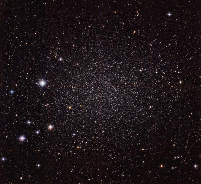 La galassia nana dello Scultore, rappresentata in questa nuova immagine ottenuta con la camera WFI (Wide Field Imager), installata sul telescopio da 2,2 metri dell'MPG/ESO all'Osservatorio di La Silla dell'ESO, si trova molto vicina alla nostra galassia, la Via Lattea. Crediti: ESO