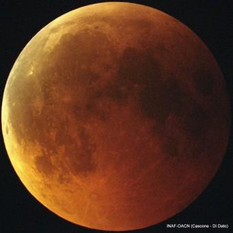 Una ripresa dell'eclissi totale di Luna del 15 giugno 2011. Crediti: Enrico Cascone e Andrea Di Dato - INAF Osservatorio Astronomico di Capodimonte