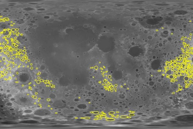 I ricercatori hanno analizzato le variazioni di gravità su oltre di 1.200 crateri (indicati in giallo) posti sul lato più lontano della Luna. Crediti: Soderblom et al./MIT