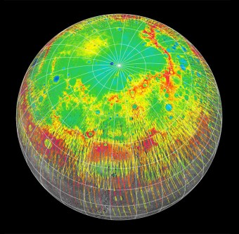 I profili d'elevazione (rosso: alto, blu: basso) dell'emisfero nord di Mercurio ottenuti dall'altimetro laser a bordo di MESSENGER, usati nel nuovo studio per determinar la velocità di rotazione del pianeta. Crediti: NASA/Johns Hopkins University Applied Physics Laboratory/Carnegie Institution of Washington/DLR
