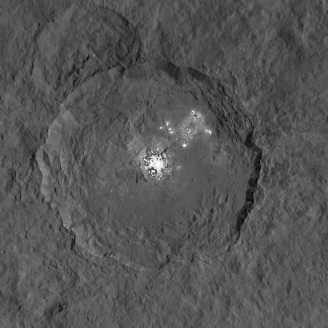 La dettagliata immagine del cratere Occator sul pianeta nano Cerere, ottenuta dalla sonda Dawn della NASA. Sono ben visibili delle zone brillanti in prossimità del centro del cratere e in prossimità del bordo nord-orientale, la cui natura non è ancora ben compresa. Crediti: NASA/JPL-Caltech/UCLA/MPS/DLR/IDA