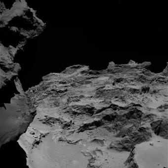 Un dettaglio della cometa 67P/Churyumov-Gerasimenko ripreso dalla camera a campo stretto OSIRIS il 21 settembre 2014 da una distanza si 27,6 chilometri dal nucleo. Crediti: ESA/Rosetta/MPS for OSIRIS Team MPS/UPD/LAM/IAA/SSO/INTA/UPM/DASP/IDA
