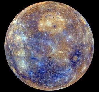 Uno scorcio della mappa completa di Mercurio ottenuta con le immagini riprese dalla Wide Angle Camera (WAC) di MESSENGER. I colori sono relazionati alle variazioni di riflettanza spettrale attorno al pianeta, un valore indicativo della composizione superficiale. Crediti: NASA/Johns Hopkins University Applied Physics Laboratory/Carnegie Institution of Washington