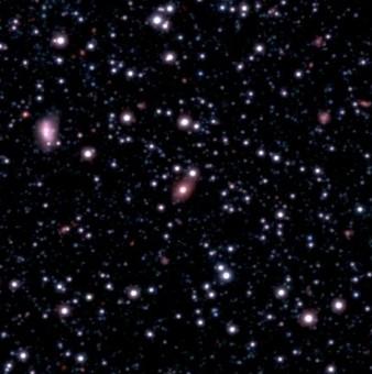 Un'immagine della galassia SAGE0536AGN raccolta durante la campagna osservativa Vista Magellanic Clouds. La galassia è l'oggetto ellittico al centro del campo di vista.