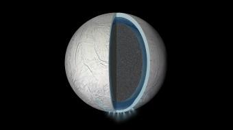 Rappresentazione speculativa della struttura interna di Encelado, con un oceano di acqua liquida tra il suo nucleo roccioso e la crosta ghiacciata. Lo spessore degli strati mostrato non è in scala. Crediti: NASA/JPL-Caltech