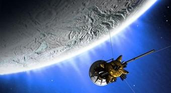 Rappresentazione artistica di un sorvolo della sonda Cassini su Encelado. Crediti: NASA/JPL