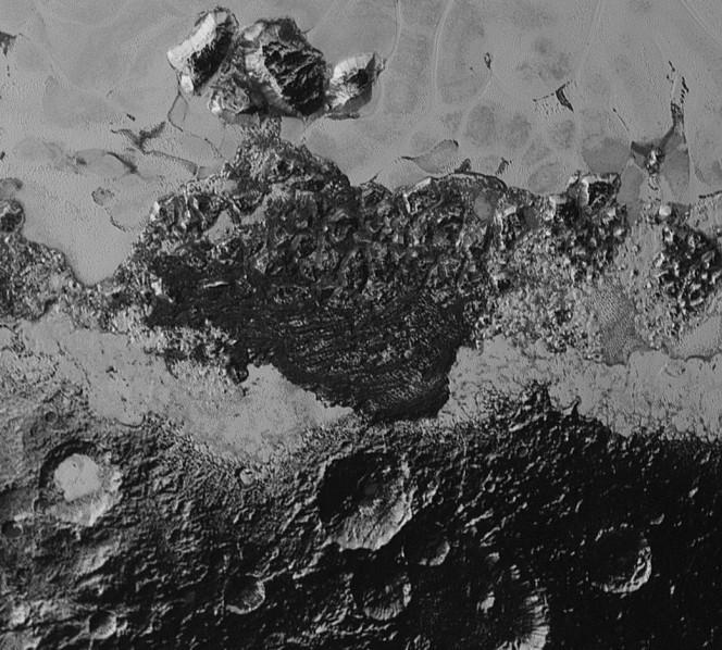 Questa vista che spazia su un'area di circa 350 km di lato illustra bene l'incredibile diversità di riflettività superficiale e di conformazione geologica presenti su Plutone. Un vero mistero sono quelli che sembrano dei crinali scuri allineati, simili a dune. Crediti:
