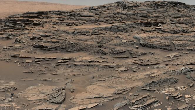 Nella foto si vede il fenomeno della stratificazione incrociata fluviale (crossbedding) su larga scala sulla pietra arenaria di questo crinale. L'immagine è stata scattata dalla Mast Camera (Mastcam) di Curiosity su uno dei pendii del Monte Sharp. Il pa norama è tipico su Marte: le dune spazzate dal vento che si sono pietrificate. Crediti: NASA/JPL-Caltech/MSSS
