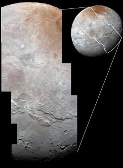 Dettaglio della superficie di Caronte ad alta risoluzione (cliccare per ingrandire). Crediti: NASA / Johns Hopkins University Applied Physics Laboratory / Southwest Research Institute