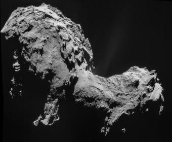 Ritratto della cometa 67P/Churyumov-Gerasimenko nel settembre 2014, ripreso dal sistema di fotocamere di Rosetta mentre la sonda si trovava a 28 km dal corpo ghiacciato. Contemporaneamente, lo spettrometro di massa ROSINA raccoglieva i dati di cui si parla nell'articolo. Crediti: ESA/Rosetta/NAVCAM
