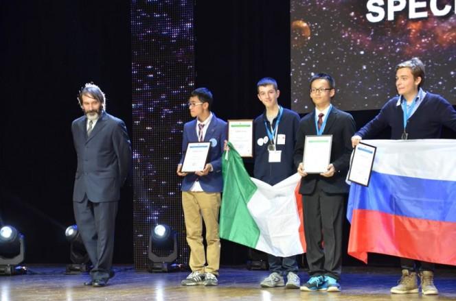 """Pietro Benotto (I.I.S.S. """"G. Vallauri"""" di Fossano, CN) impugna il tricolore sul podio di Kazan, Russia. Medaglia d'argento nella XX Olimpiade Internazionale di Astronomia."""