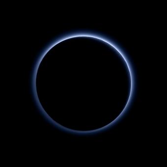Immagine composita della foschia atmosferica di Plutone, ottenuta da riprese effettuate il 14 luglio 2015 dalla camera Ralph a bordo di New Horizons. Crediti: NASA / JHUAPL / SwRI