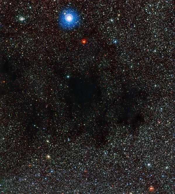 Questa immagine presa dallo strumento WFI (Wide Field Imager) montato sul telescopio da 2,2 metri dell'MPG/ESO mostra parte dell'enorme nube di gas e polvere nota come la Nebulosa Sacco di Carbone. La polvere di questa nebulosa assorbe e diffonde la luce delle stelle sullo sfondo. Crediti: ESO