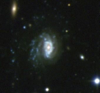 La galassia-medusa JO201 si trova nell'ammasso di galassie Abell 85. A sinistra della galassia si può oservare il materiale che e' fuoriuscito dalla galassia. I punti luminosi, principalmente blu, nella meta' sinistra dell'immagine sono tutte regioni in cui dal gas strappato si sono formate nuove stelle. Crediti: VST@ESO, Poggianti et al. (2015), INAF