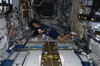L'astronauta statunitense Sunita Williams armata di spruzzino e strofinaccio, pronta a far le pulizie a bordo della ISS.