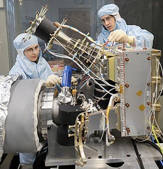 Lo strumento ROSINA per la sonda ESA Rosetta in fase di assemblaggio. Crediti: Università di Berna