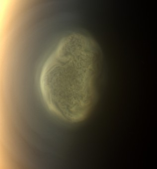 This 2012 close-up offers an early snapshot of the changes taking place at Titan's south pole. Cassini's camera spotted this impressive cloud hovering at an altitude of about 186 miles (300 kilometers). Cassini's thermal infrared instrument has now detected a massive ice cloud below it. Crediti: NASA/JPL-Caltech/Space Science Institute