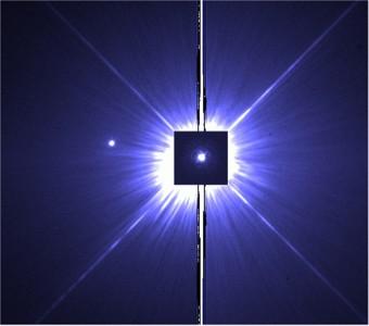 Immagine Hubble di Procione A ottenuta con un'esposizione di 0.14 secondi (nel riquadro centrale) sovrapposta a una posa di 100 secondi che evidenzia sulla sx Procione. Crediti: APJ/ Bond et al. 2015