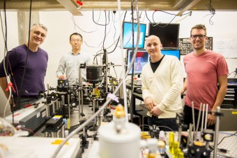 Quattro membri del team della University of Washington che ha realizzato il laser raffreddante. Da sinistra: Peter Pauzauskie, Xuezhe Zhou, Bennett Smith, Matthew Crane e Paden Roder (non in foto). Crediti: Dennis Wise / University of Washington