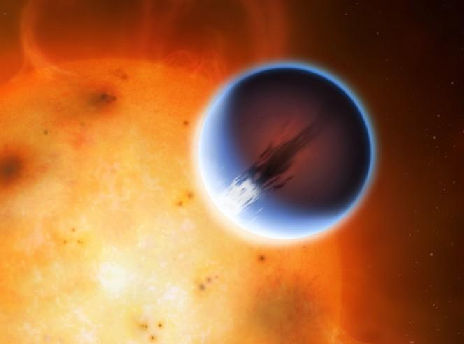HD189733: Il pianeta HD 189733b è mostrato qui davanti alla sua stella madre. Una cintura di vento intorno all'equatore del pianeta viaggia a 5400 miglia all'ora dal lato giorno riscaldata al lato notturno. Il lato giorno del pianeta appare blu a causa di dispersione di luce da foschia silicato nell'atmosfera. Il lato notturno del pianeta illumina di un rosso intenso a causa della sua elevata temperatura. Crediti: Mark A. Garlick/University of Warwick
