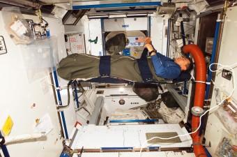 L'astronauta Paolo Nespoli mentre dorme sulla Stazione Spaziale Internazionale. Crediti: ESA.